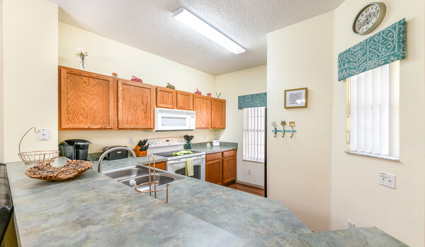 Full-size kitchen to make meal-pre a breeze